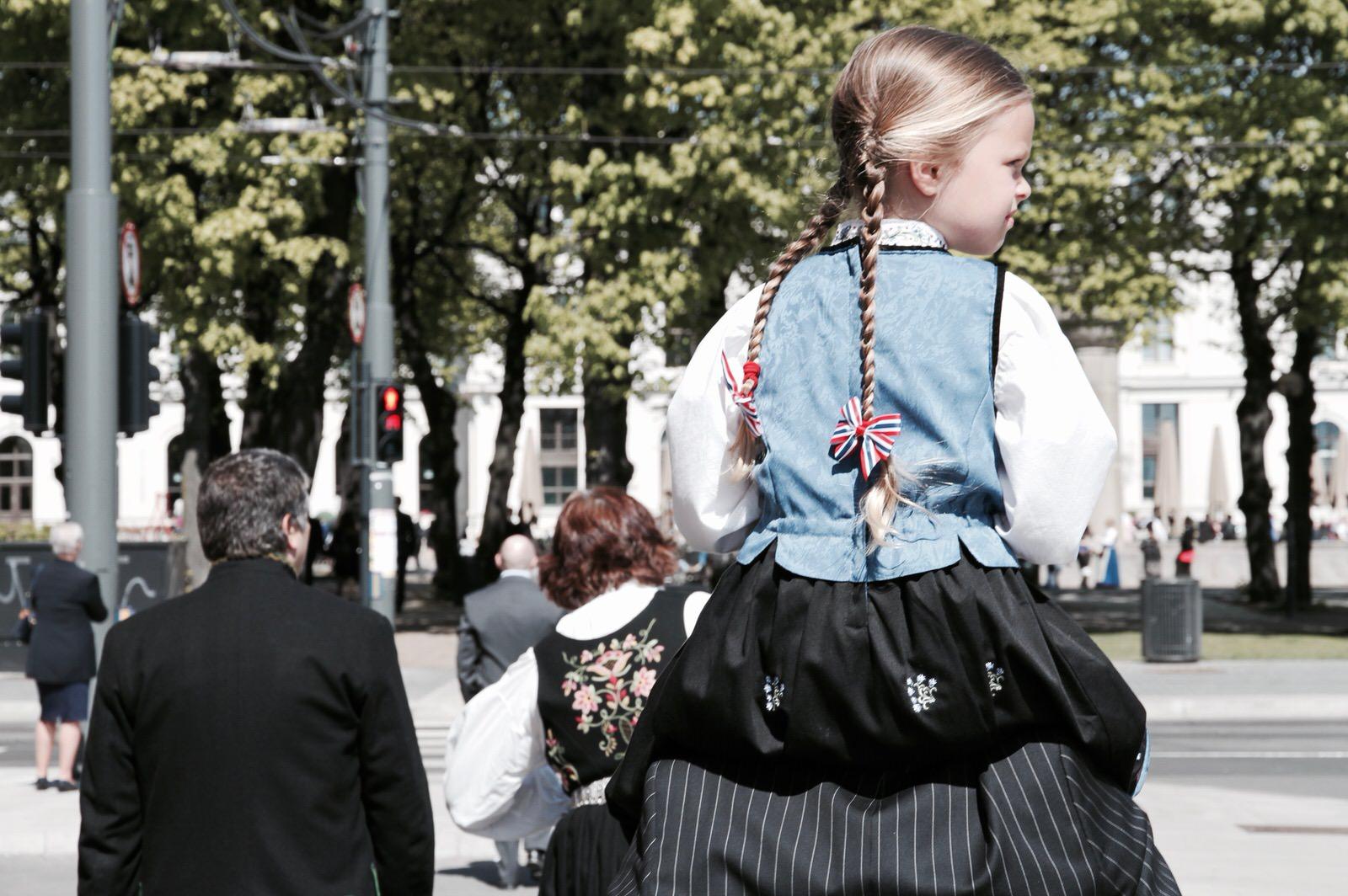 Świąteczna fryzura ozdobiona kokardkami w najmodniejszym tego dnia zestawie kolorów - norweskich barwach narodowych.